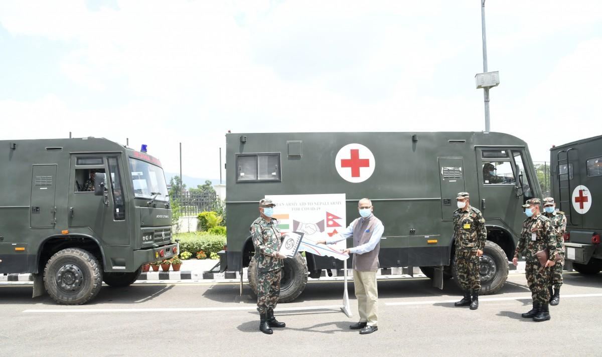 भारतीय सेनाद्धारा नेपाली सेनालाई स्वास्थ्य सामग्री उपलब्ध