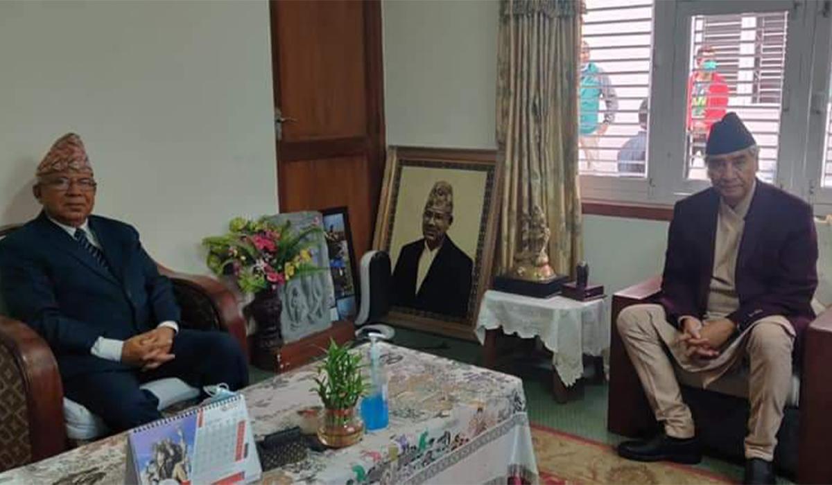 एमालेका नेता माधवकुमार नेपाललाई भेट्न उनकै निवास पुगे प्रधानमन्त्री शेरबहादुर देउवा